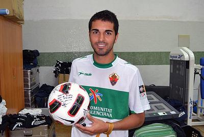Ángel posa con el balón firmado por sus compañeros, tras el 'hat-trick' ante el Huesca.