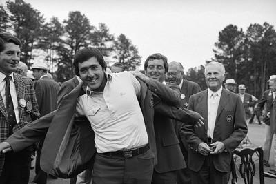 Severiano Ballesteros recibe la chaqueta verde que lo acredita como vencedor del Open de Augusta de Estados Unidos de golf, de manos de su antecesor, Fuzzy Zoeller.