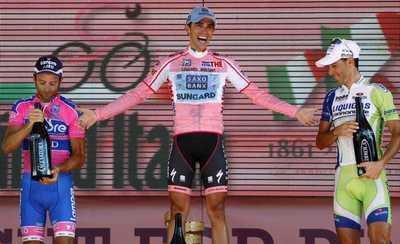 Contador, en el podio, entre Scarponi y Nibali.
