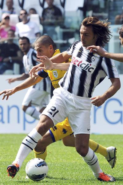 Andrea Pirlo lucha por la pelota durante el Juventus-Parma.