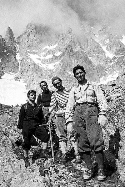 Fotografía tomada en 1955, en una expedición de Bonatti (derecha) al Mont Blanc.