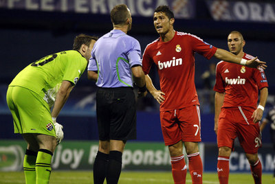 Cristiano Ronaldo se queja al árbitro tras una acción.