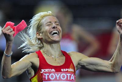 Marta Domínguez celebra su victoria en los 3.000 metros obstáculos en los Mundiales de Berlín de 2009.