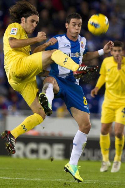 Gonzalo Rodríguez lucha la pelota con Álvaro Vázquez.