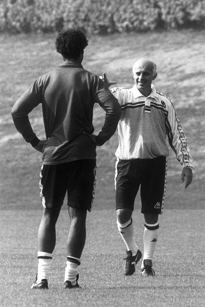 Sacchi da instrucciones a Rijkaard durante un entrenamiento.
