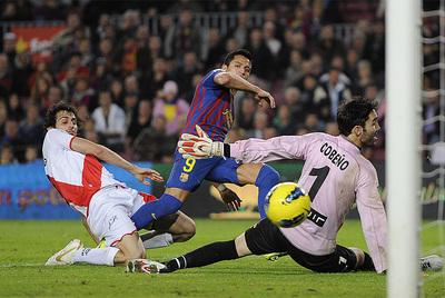Alexis resuelve en la jugada del segundo gol.