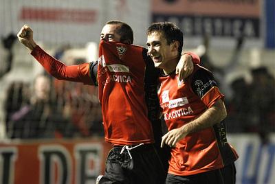 Los jugadores del Mirandés celebran el primer gol del equipo burgalés.