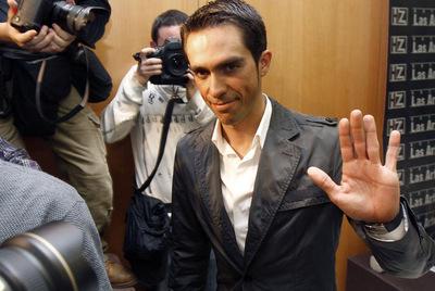 Contador, tras la rueda de prensa en Pinto.