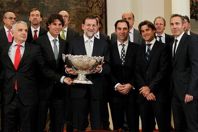 Mariano Rajoy posa con el trofeo de la Copa Davis durante la recepción al equipo español en La Moncloa. En la imagen, Nadal, Costa, Ferrer y Corretja.
