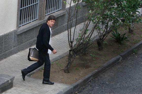 Eufemiano Fuentes, saliendo del ambulatorio en el que trabaja en diciembre de 2010.
