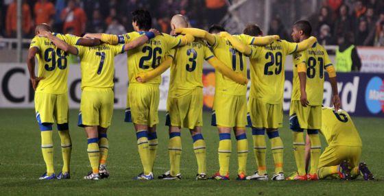 Los jugadores del Apoel, en la tanda de penaltis ante el Lyon.