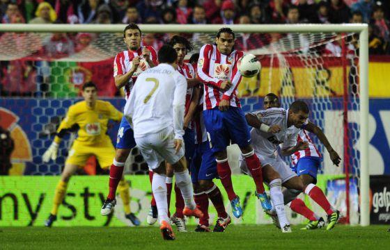 Ronaldo lanza la falta que terminó en el primer gol del Madrid.