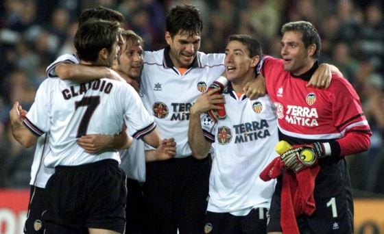 Piojo López, Djukic, Mendieta, Pellegrino, Kily González y Cañizares festejan el pase a la final de la Champions en 2000.