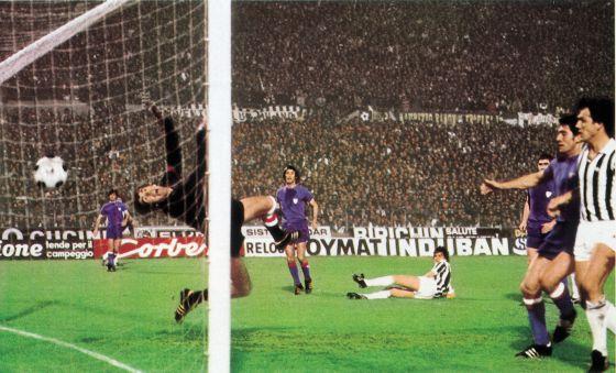 De izquierda a derecha, Rojo I, Iribar, Rojo II, Tardelli (en el suelo, autor del único gol del partido), Guisasola (tapado), Goikoetxea y Scirea, en la ida de la final de la Copa de la UEFA de 1977.