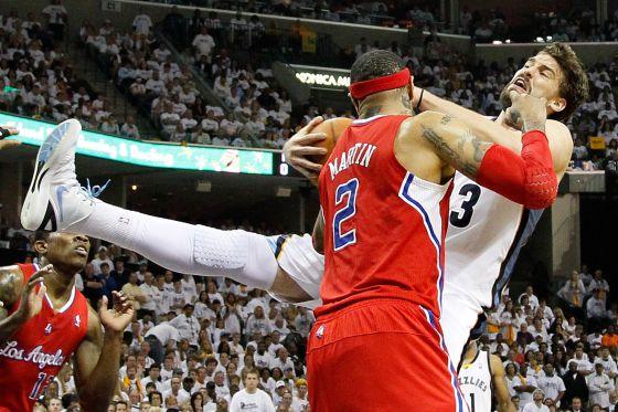 Kenyon Martin forzejea con Marc Gasol, en la derrota de los Memphis ante los Clippers.