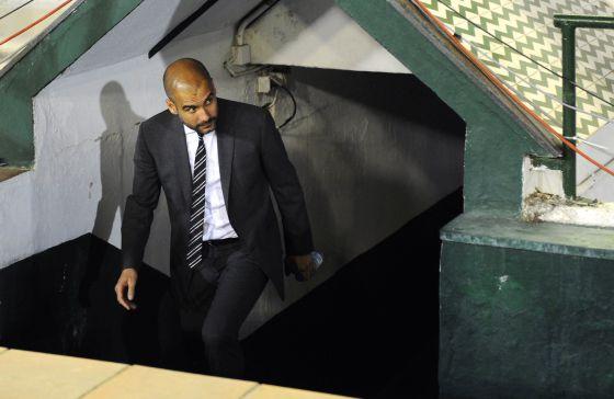 Josep Guardiola sale del túnel de vestuarios del Benito Villamarín.