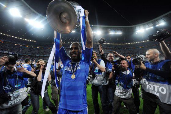 Drogba levanta el trofeo de la Champions.