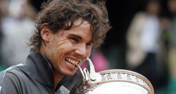 Nadal posa con el trofeo de Roland Garros.
