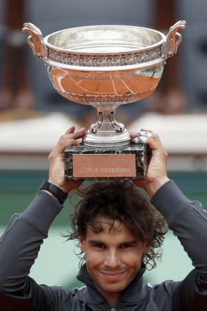 Nadal eleva el trofeo tras vencer a Djokovic