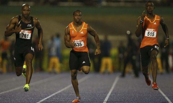 Yohan Blake corre en el centro entre Powell y Bailey-Cole
