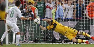 Casillas detiene el penalti de Moutinho en semifinales
