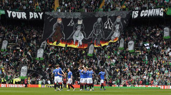 Jugadores del Rangers en un partido en el estadio del Celtic