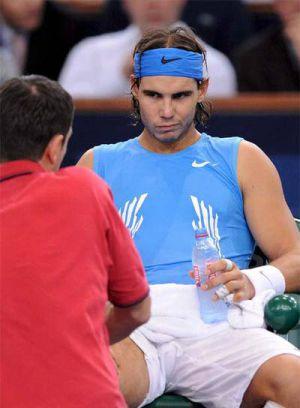 Nadal es atendido de una lesión en la rodilla derecha, en octubre de 2008