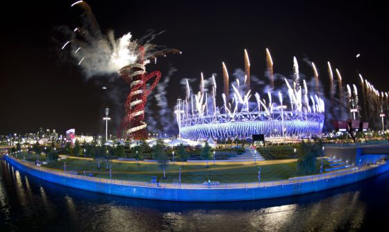 Vista del Estadio Olímpico de Londres, cubierto de fuegos artificiales, después de que se encendiese el pebetero