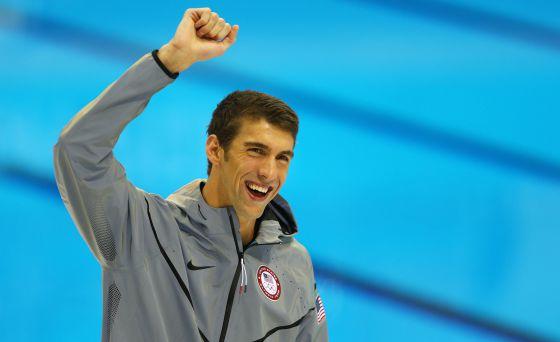 Michael Phelps celebra el oro en los 100 metros mariposa