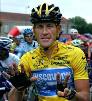 Armstrong hace el gesto de los siete Tours.