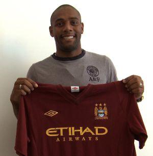 Maicon posa con una camiseta del Manchester City