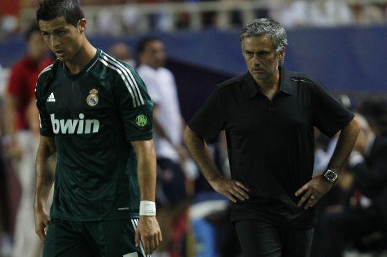 Cristiano y Mourinho, durante el partido ante el Sevilla.