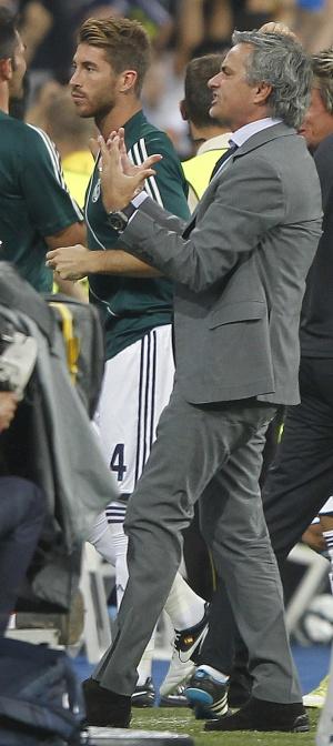 Mourinho celebra el tercer gol ante Sergio Ramos.