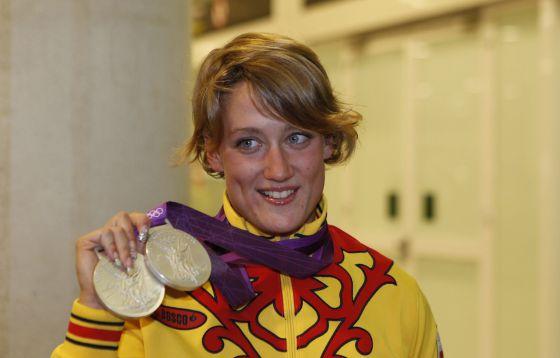 Mireia Belmonte muestras sus dos medallas de plata a su llegada al aeropuerto de El Prat.