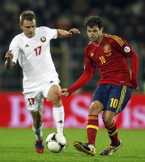 Cesc pasa ante Tigorev durante el partido ante Bielorrusia.