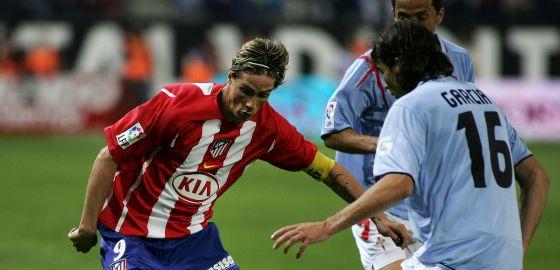 Torres encara a Luis García, en su último partido con el Atlético en el Calderón, el 9 de junio de 2007 frente al Celta.