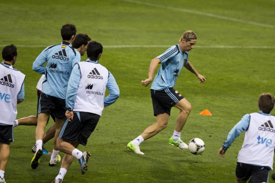 Torres controla el esférico en el entrenamiento.