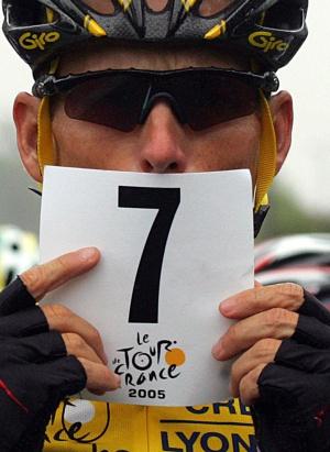 El excorredor muestra un cartel con el numero de Tour ganados.
