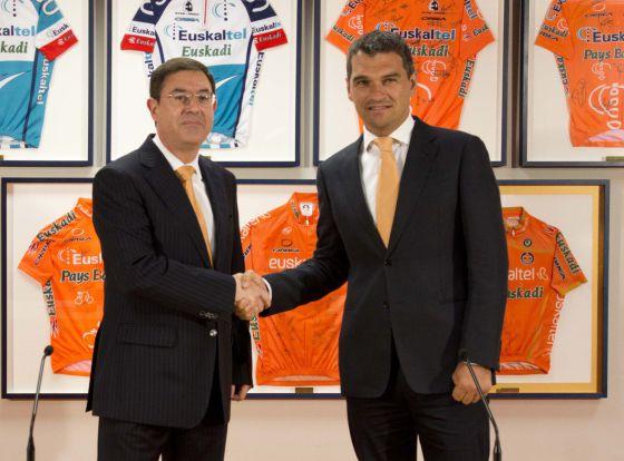 Igor González de Galdeano, a la derecha, saluda al presidente de Euskaltel, Alberto García.