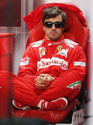 Fernando Alonso en el box de Ferrari.