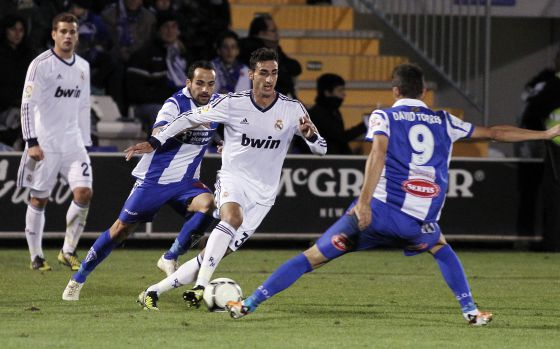José Rodríguez se intenta ir de dos jugadores del Alcoyano.