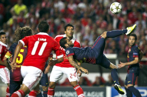 Alves, en un remate acrobático ante el Benfica