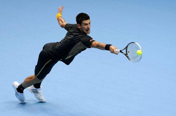 Djokovic conecta un reves ante Federer.