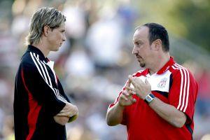 Benítez conversa con Torres en el Liverpool de 2007.