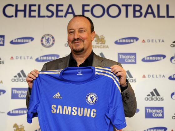 Benítez posa con la camiseta del Chelsea.