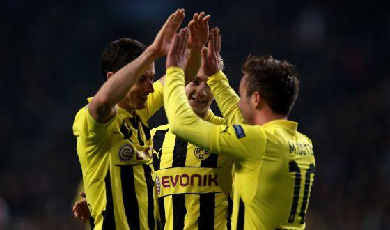 Götze y Lewandowski celebran un gol al Ajax.