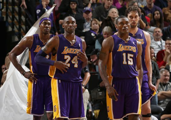Howard, Bryant, Metta World Peace y Gasol, durante el partido ante los Kings