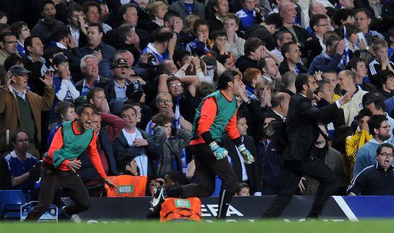 Guardiola celebra en Stamford Bridge el gol de Iniesta en la semifinal de Champions de 2009, que dio el pase a la final.
