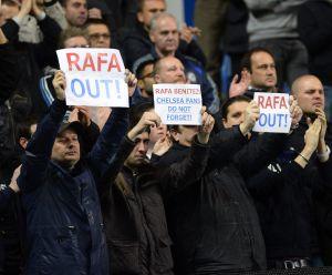 Pancartas de los aficionados del Chelsea en contra de Benítez.