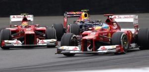 Vettel, entre Massa y Alonso, en un instante de la carrera.